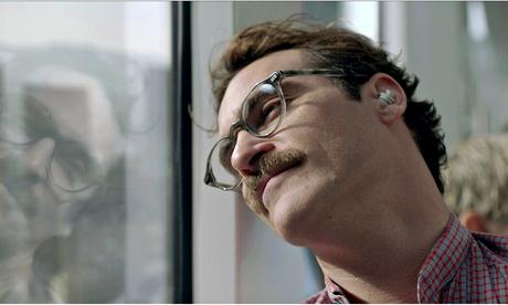 """Joaquin Phoenix no filme """"Ela"""": o escritor solitário ouve (e ama) Samantha, um sistema operacional"""