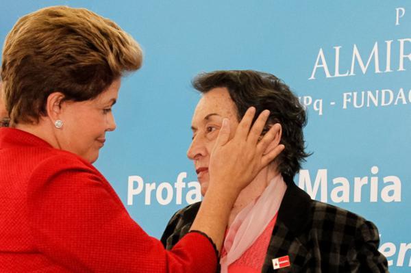 """A presidente Dilma Rousseff entrega Prêmio Almirante Álvaro Alberto para Ciência e Tecnologia à professora Maria da Conceição Tavares: """"Parece que tudo se esvai no arroz com feijão"""""""