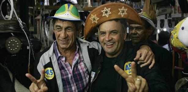 O candidato do PSDB, Aécio Neves, posa ao lado do cantor Raimundo Fagner no Centro de Tradições Nordestinas, em São Cristóvão, no Rio de Janeiro. Foto: jornal O Dia