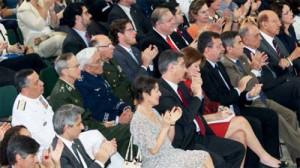 Comandantes militares imóveis enquanto a plateia aplaude sanção da lei que institui a CNV, em 2011