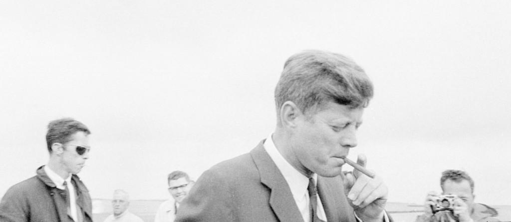 JFK fuma um charuto em foto de 1963: um notável fã dos produtos cubanos, pediu mil charutos antes  de proibi-los em solo norte-americano.  Foto: Cecil Stoughton / White House/John F. Kennedy Presidential Library and Museum