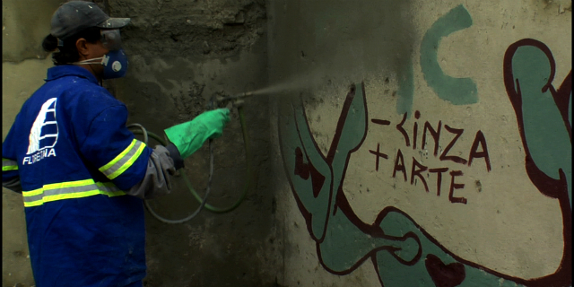 Agente contratado pela prefeitura apaga grafite em SP