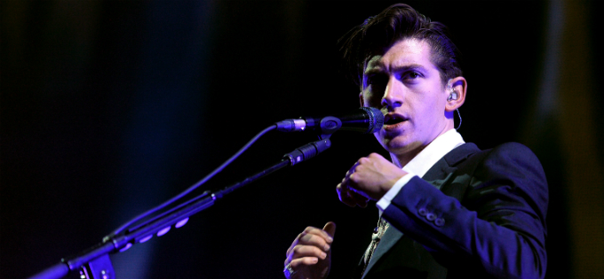 Alex Turner (Arctic Monkeys) em show em Los Angeles - foto Getty Images