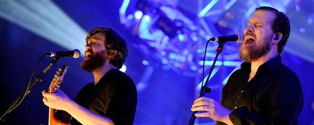 John Grant (dir.) em show do Midlake no BBC6 Music Festival - Divulgação