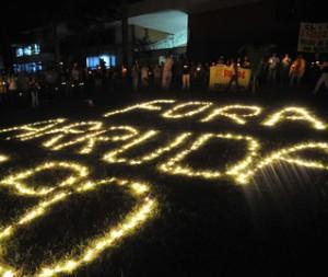 """Vigília organizada pelo movimento """"Fora Arruda"""" em 2009, meses antes da renúncia do ex-governador José Roberto Arruda, à época filiado ao DEM. (Foto: Agência Brasil)"""