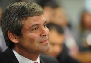 Lindbergh Farias é enquadrado durante reunião do diretório do PT devido às c´riticas ao pacote fiscal.