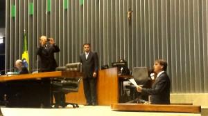 Eduardo Bolsonaro (PSC-SP) acompanha o pai, Jair Bolsonaro (PP-RJ), pelo Congresso Nacional. (Foto: Mel Bleil Gallo / iG Brasília)
