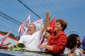 A presidente Dilma Rousseff ao lado do ex-presidente Luiz Inácio Lula da Silva, em carreata. (Foto: Ichiro Guerra / Divulgação)