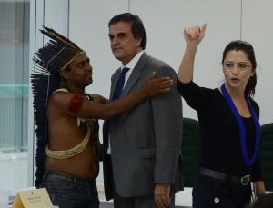 O cacique Marcos Xucurú, o ministro da Justiça, José Eduardo Cardozo, e a ex-presidente interina da Funai, Maria Augusta Assirati. (Foto: José Cruz / Agência Brasil)