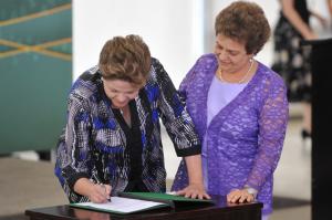 A presidente Dilma Rousseff e a ministra de Políticas para Mulheres, Eleonora Menicucci. (Foto: Agência Brasil)