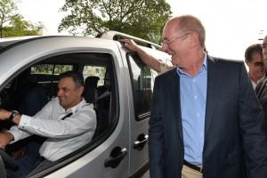 Aécio ao volante, ao chegar em Florianópolis, onde se reuniu com o senador Paulo Bauer (Foto: Divulgação)
