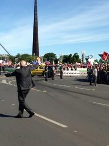 O senador Eduardo Suplicy, a caminho da posse da presidente Dilma Rousseff.