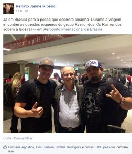 Janine: Foto no aeroporto com integrantes dos Raimundos (Foto: Reprodução/Facebook)