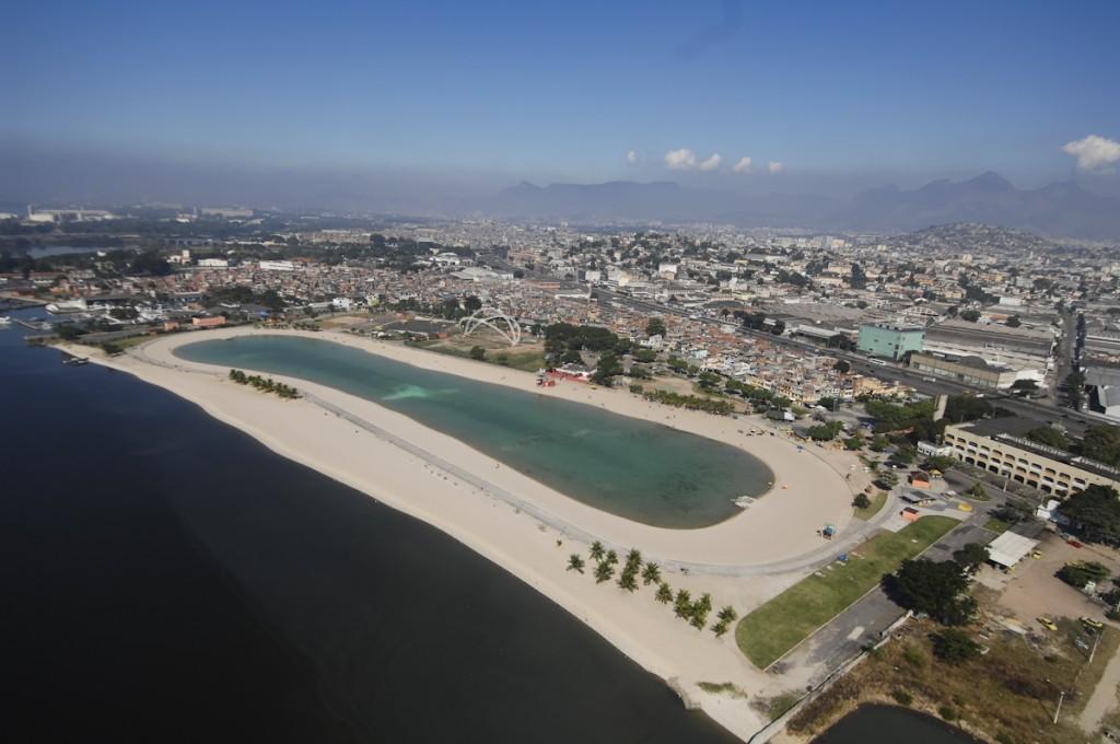 Praia de Ramos, na Baía de Guanabara, com o piscinão de Ramos