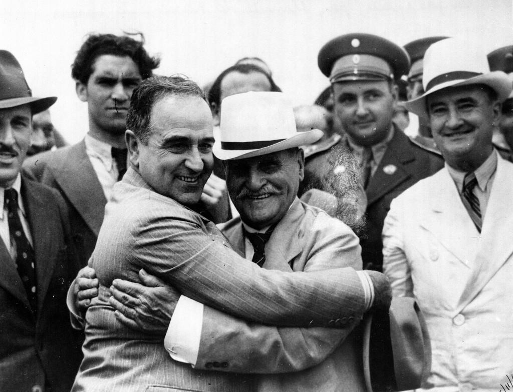 O presidente Getúlio Vargas abraça o pai, Manuel do Nascimento Vargas (com o irmão, Viriato, à direita),