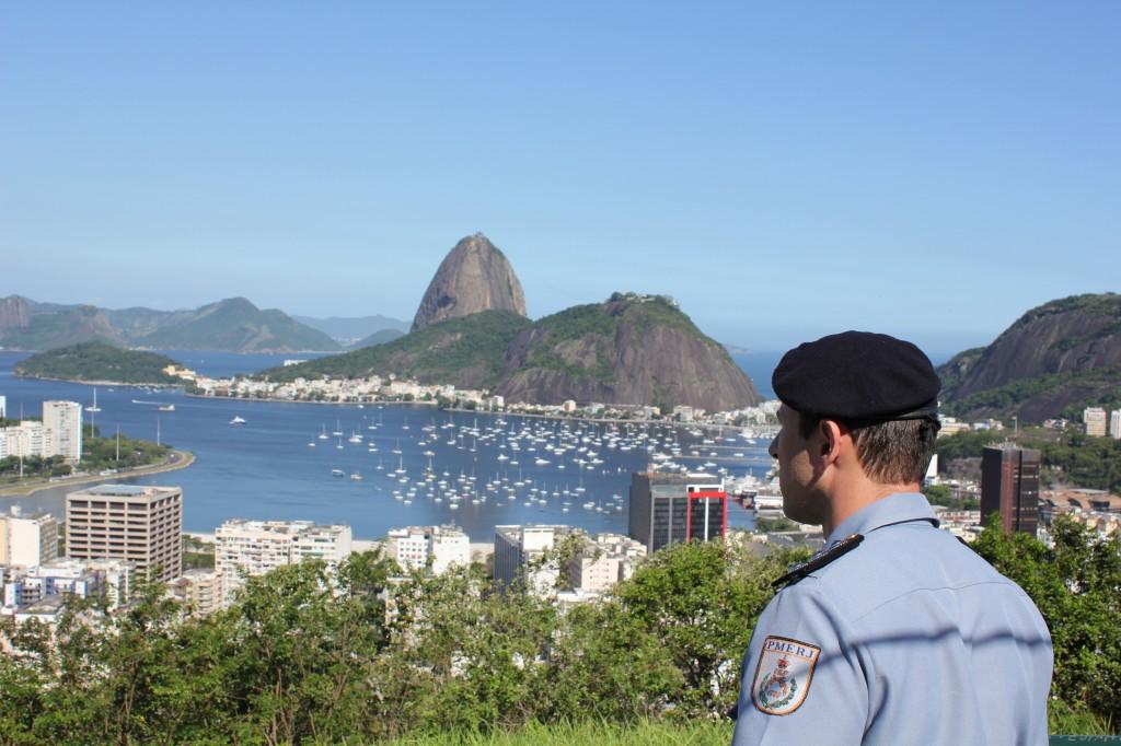 O comandante da UPP, capitão Andrada, em um mirante da favela