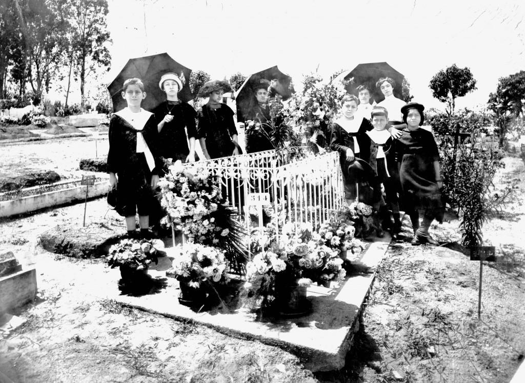 Familiares de Quintino Bocaiúva visitam seu túmulo em 1913, no primeiro aniversário de sua morte