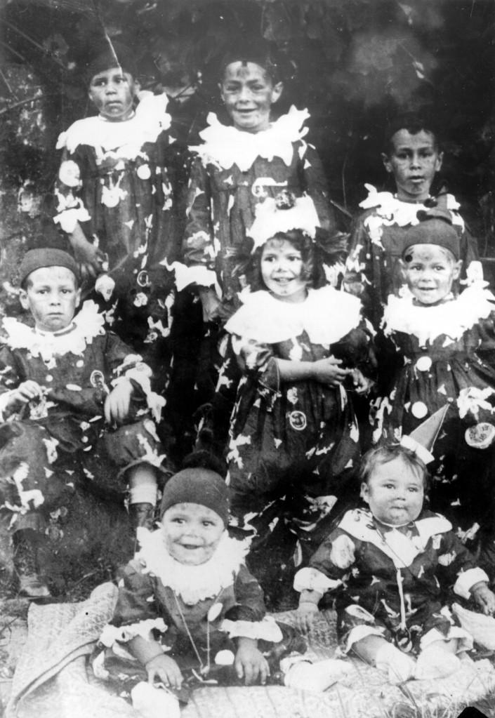 Tancredo Neves (no centro, à direita) fantasiado no carnaval