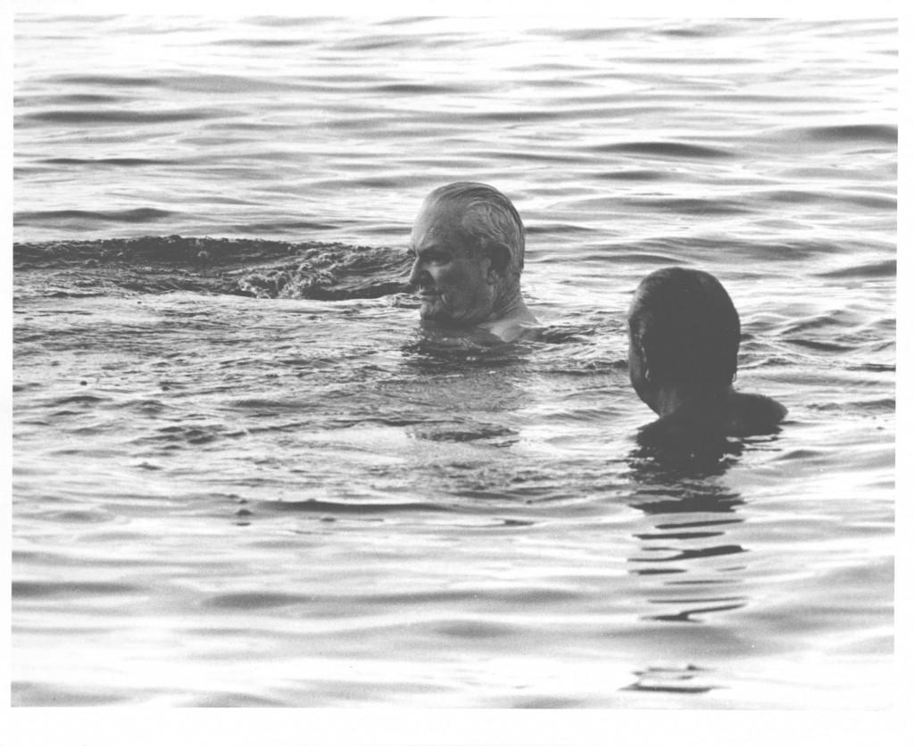 O presidente Ernesto Geisel nadando no mar do Havaí