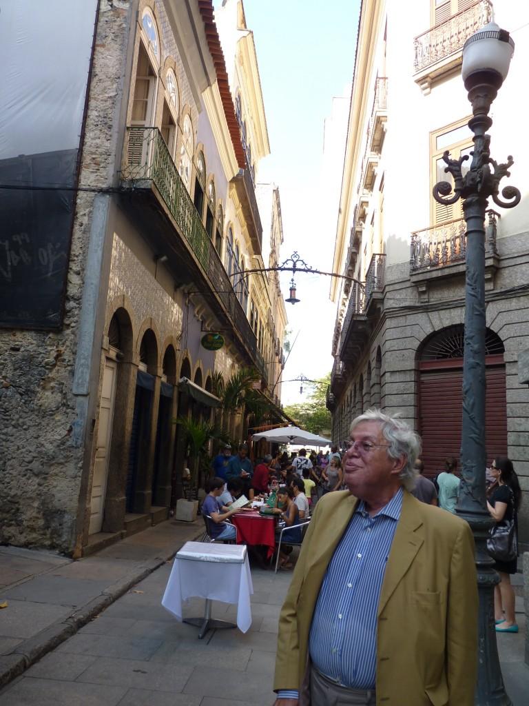 Carlos Lessa na rua do Mercado, onde restaurou sobrados antigos (foto: divulgação)