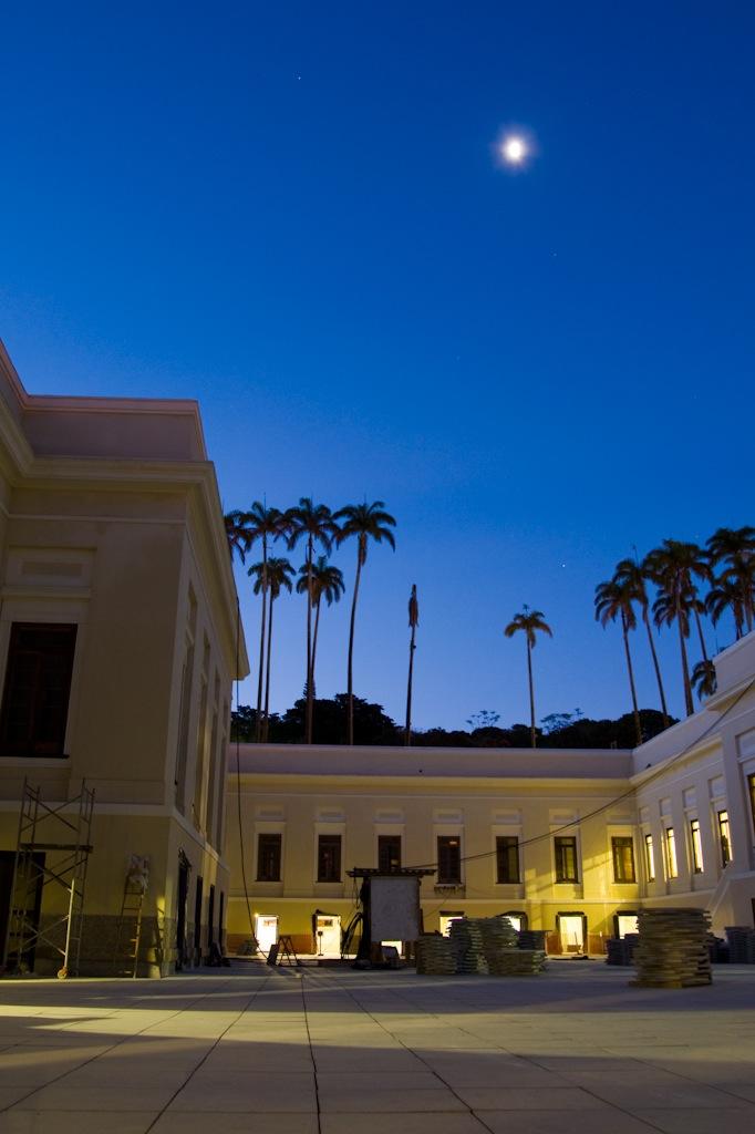 O pátio interno da Casa Daros iluminado (foto: Fábio Caffé/Divulgação)