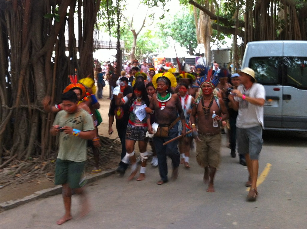 O cacique Raoni, ao centro, lidera uma manifestação contra a usina de Belo Monte (foto: Luiz Antonio Ryff)