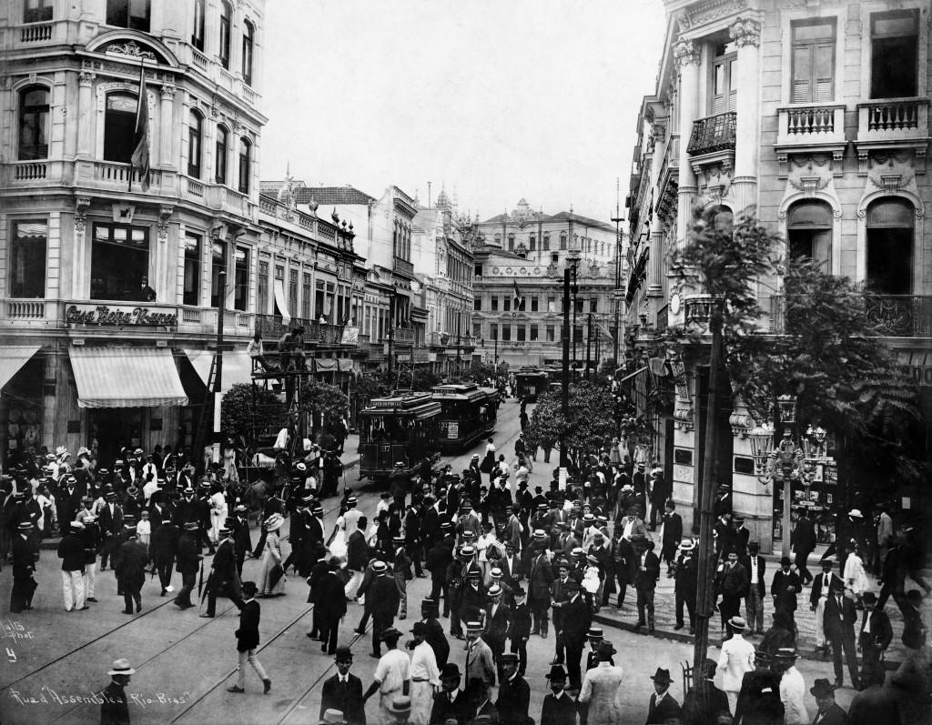 Foto da Rua da Assembléia, no Centro do Rio, feita por Augusto Malta (Coleção Ermakoff)
