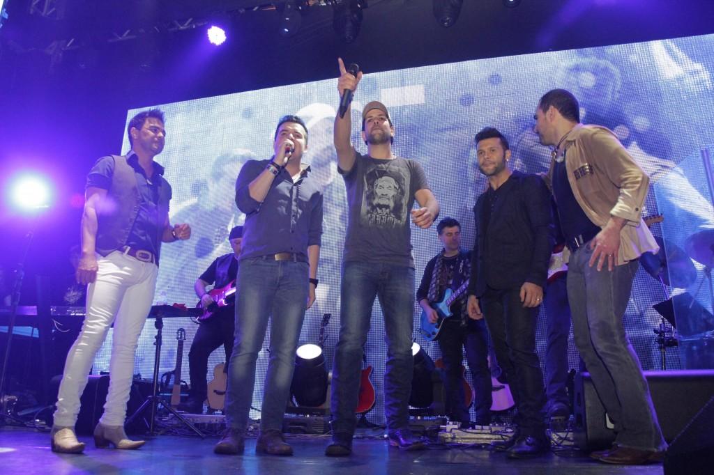 Zezé Di Camargo recebem sertanejos no palco de casa noturna (Foto: AgNews)