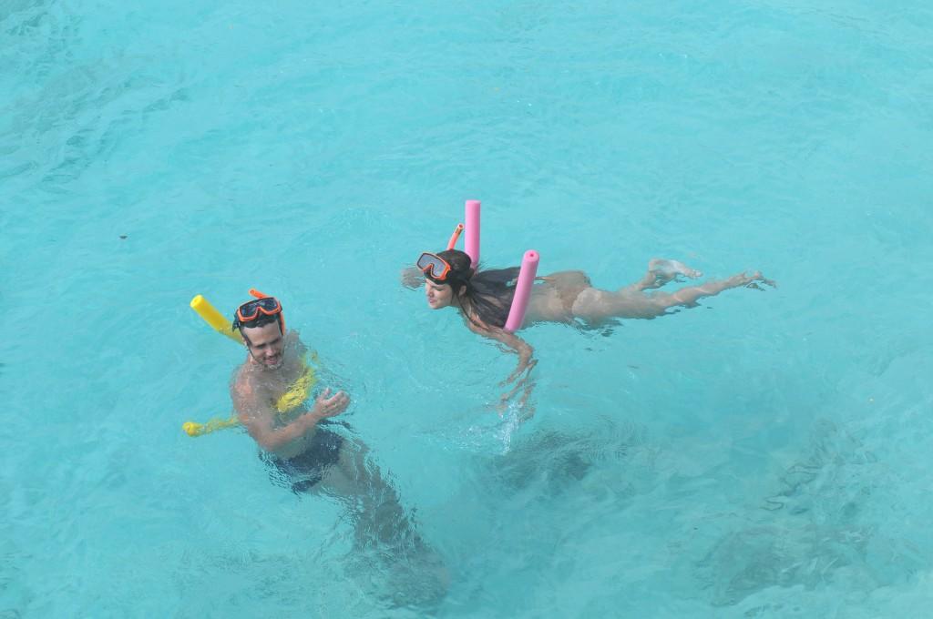 Bruno Ferrari, que vive Artur, e Thais Melchior, a Diana, mergulham no mar cristalino. Crédito: Munir Chatack/Record
