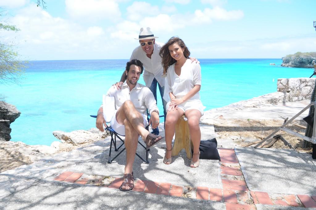 Bruno Ferrari e Thais Melchior com o diretor Edgard Miranda na paradisíaca praia Kenepha. Crédito: Munir Chatack/Record