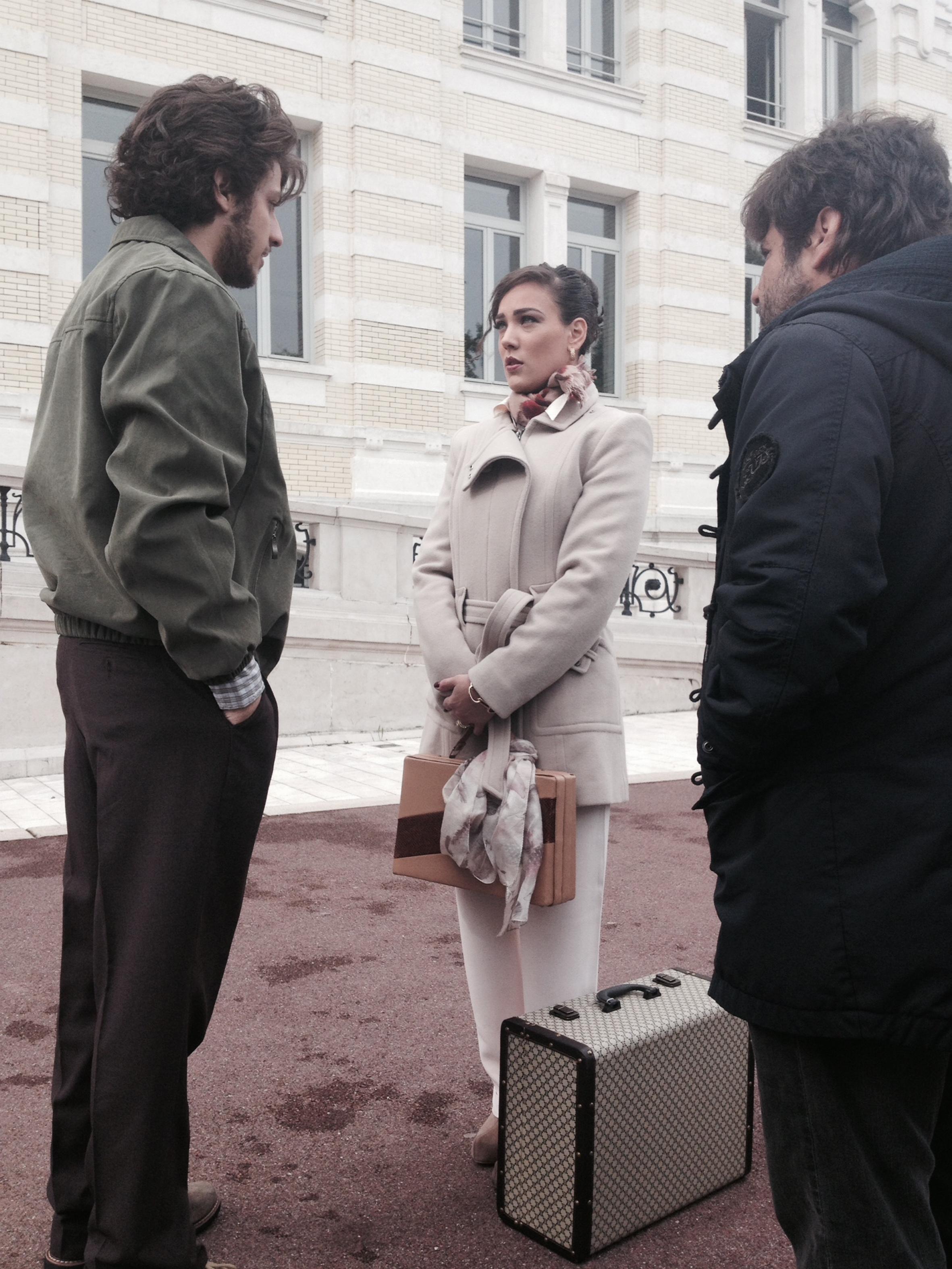 Chay Suede e Adriana Birolli em gravação em Genebra. Crédito: Globo/Divulgação