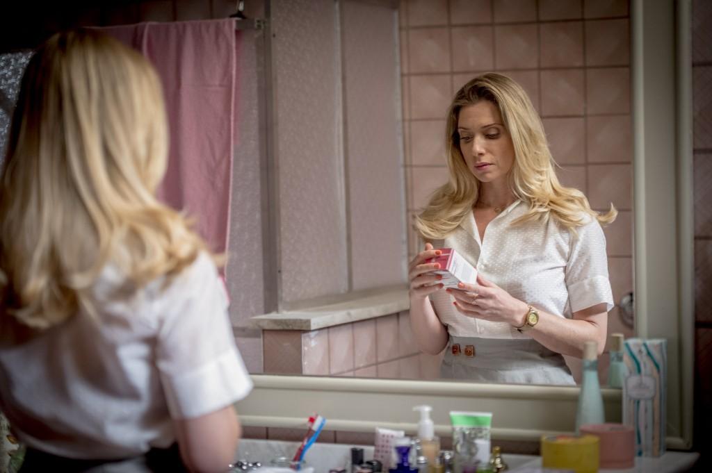 Gilda (Letícia Spiller) lendo a caixinha de gravidez. Crédito: Divulgação/Globo