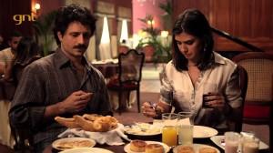 """Felipe e Verônica em cena de """"Copa Hotel"""". Crédito: Reprodução/GNT"""
