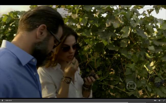 Isis Valverde (Antonia) e Murilo Benício (Jaime) passeiam pelas vinhas da ficítica Vieira Braga. Ela existe, e fica do Vale do Rio São Francisco