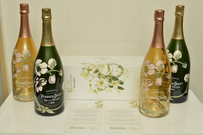 Garrafas da Perrier-Jouët perfiladas em dia de gala: as flores desenhadas por Emile Gallé são a marca registrada