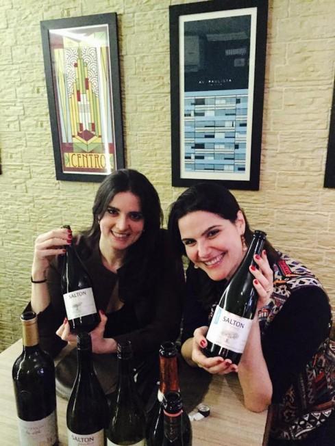 """Luciana e Stella Salton com garrafas de Paradoxo nas mãos: """"Queremos que as pessoas falem mais da Salton"""""""