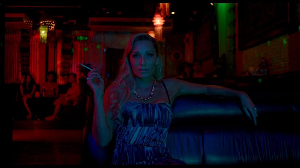 Kristin Scott Thomas como a loira platinada mais selvagem que você poderia imaginar ( Foto: divulgação)