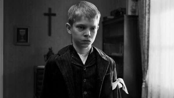 """""""A fita é branca"""", do franco alemão Michael Haneke, venceu a Palma de Ouro em Cannes e foi dos filmes mais prestigiados da década passada"""