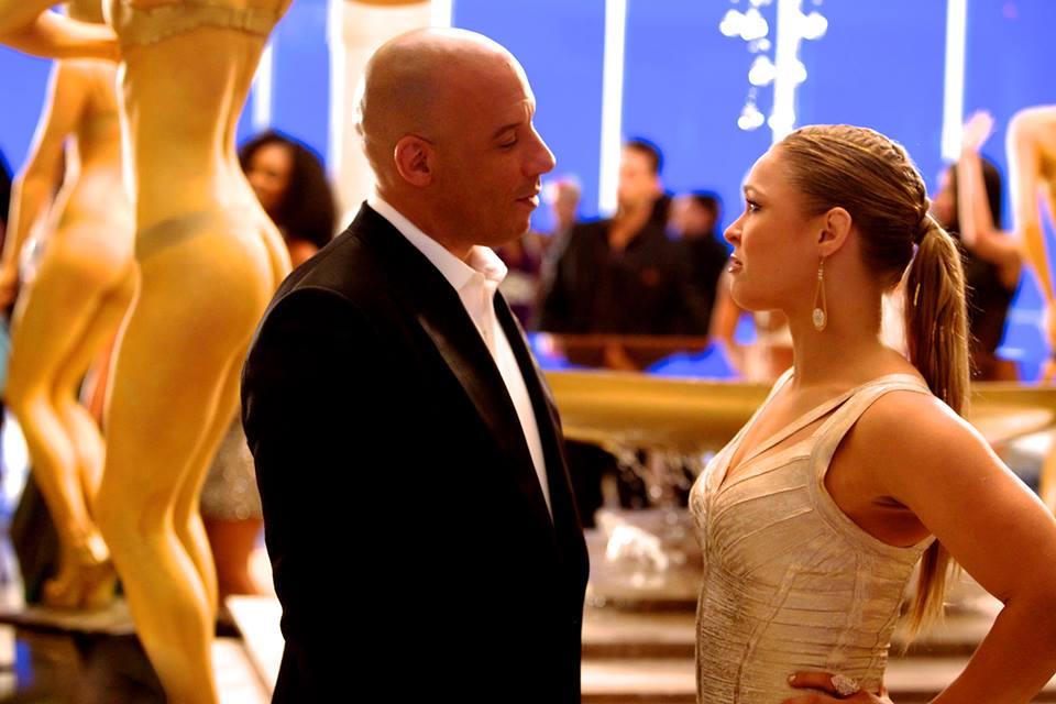 """Exibindo todo o seu charme ao lado de Vin Diesel em cena de """"Velozes e furiosos 7"""""""
