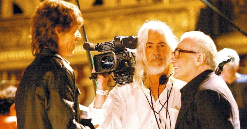 """Scorsese leva um lero com Mick Jagger, entremeado pelo diretor de fotografia Robert Richardson, no set de """"Shine a light"""""""