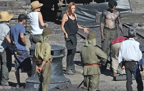 """Jolie dando as ordens no set de """"Invencível"""" (Fotos: divulgação/ reprodução Daily Mail e Entertainment Weekly)"""