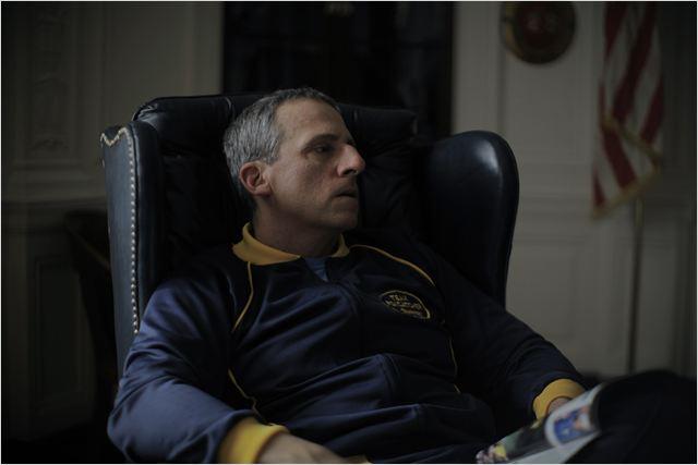 Steve Carell com uma prótese no nariz e um semblante entristecido é nome cotado para o próximo Oscar (Foto: divulgação)
