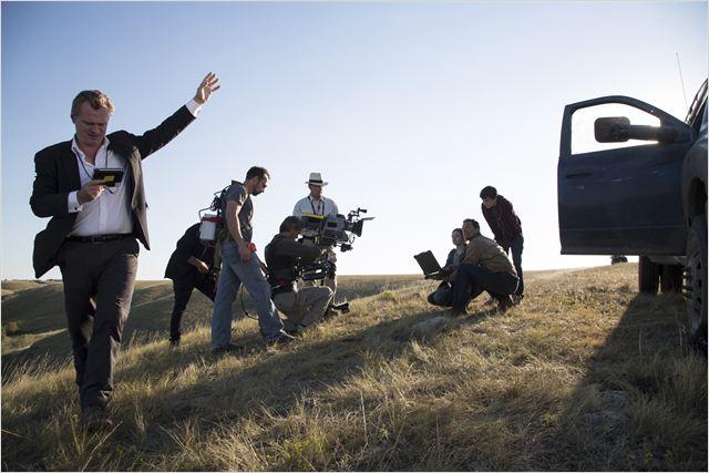 """Christopher Nolan dando orientações no set de """"Interestelar"""" (Fotos: divulgação)"""