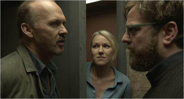 """Michael Keaton, Naomi Watts e Zach Galifianakis em cena de """"Homem-Pássaro"""", o favorito do momento"""