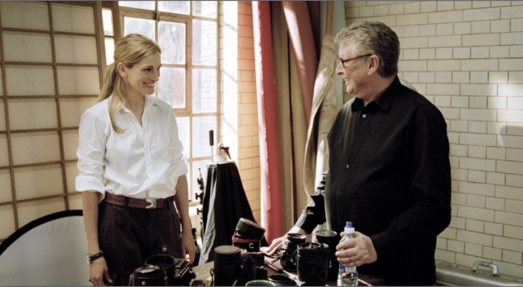 """Mike Nichols conversa com Julia Robert no set de """"Closer"""", filme definitivo sobre a lógica do amor"""