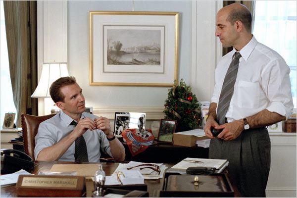 """Stanley Tucci e Ralph Fiennes já contracenaram na comédia romântica """"Encontro de amor"""", com Jennifer Lopez (Foto: divulgação)"""