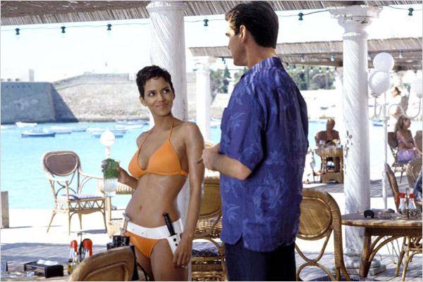 Halle Berry se une ao James Bond de Pierce Brosnan para impedir seguir o rastro de Rick Yune no filme de 2002
