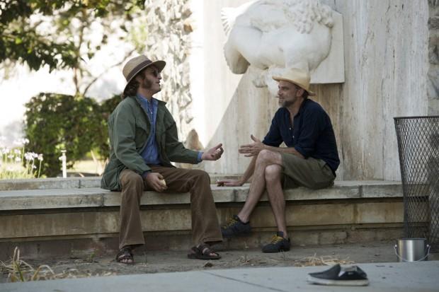 Paul Thomas Anderson, à direita, orienta seu ator no set