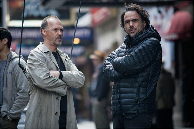 """Keaton e Iñarritu conversam no set de """"Birdman"""": o ator embarcou na metalinguagem proposta pelo cineasta mexicano  (Foto: divulgação)"""