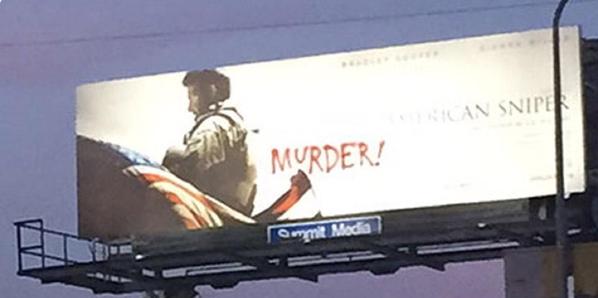 """Um outdoor do filme nos EUA surge pichado com a palavra """"assassino"""" (Foto/ reprodução twitter)"""